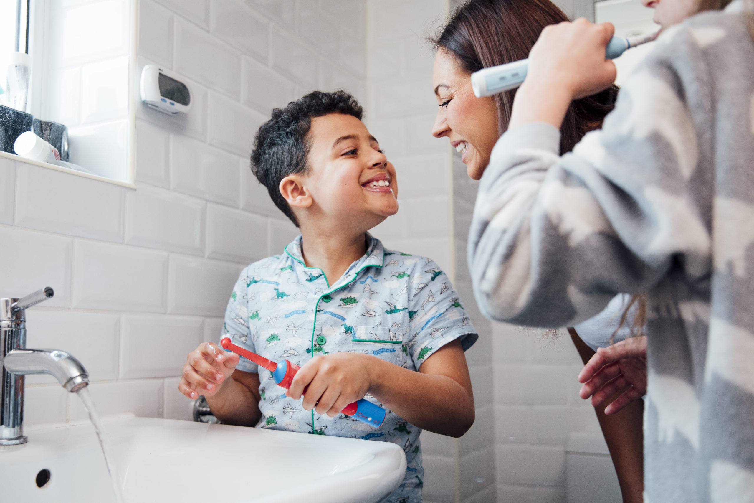 child using an electrical toothbrush